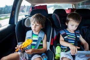 ילדים משחקים באוטו