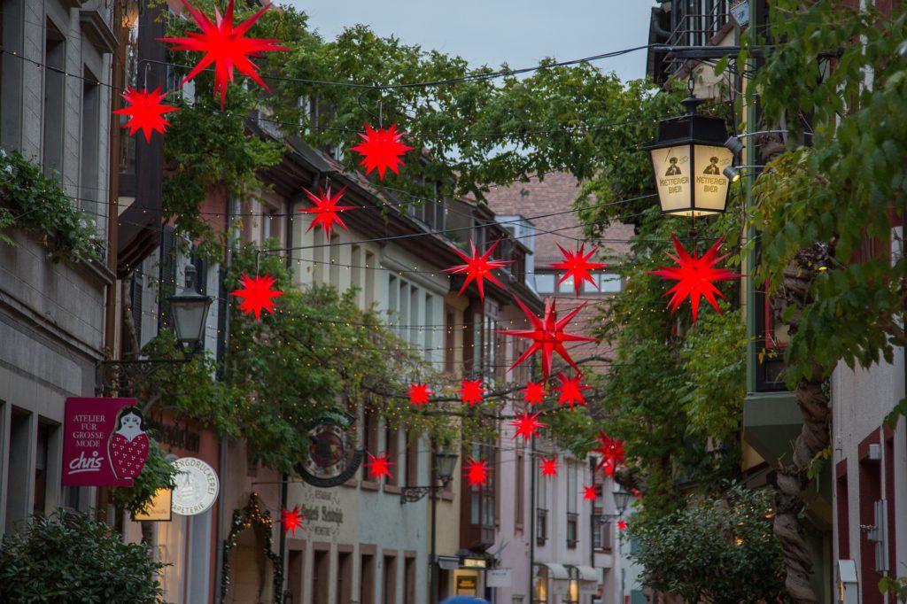 רחוב מקושט לחג המולד