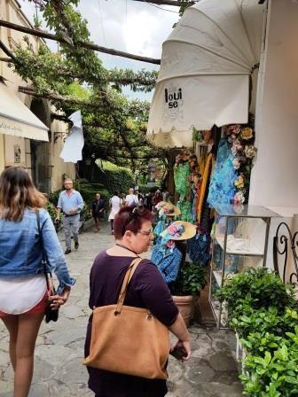 סמטאות ציוריות מלאות חנויות וגלריות