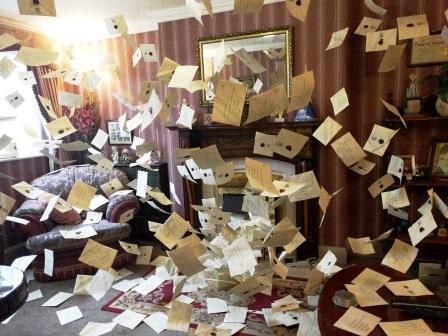 המכתבים המעופפים בבית של משפחת דארסלי