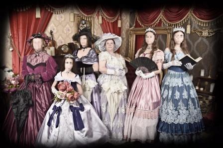 תמונה משפחתית בלבוש תקופתי