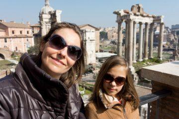 אמא ובת יוצאות לטיול